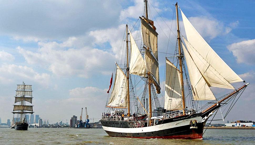 英皇家海军五十艘军舰列队游河庆舰艇节