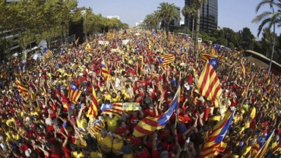 西班牙加泰罗尼亚数十万人游行 要求独立公投