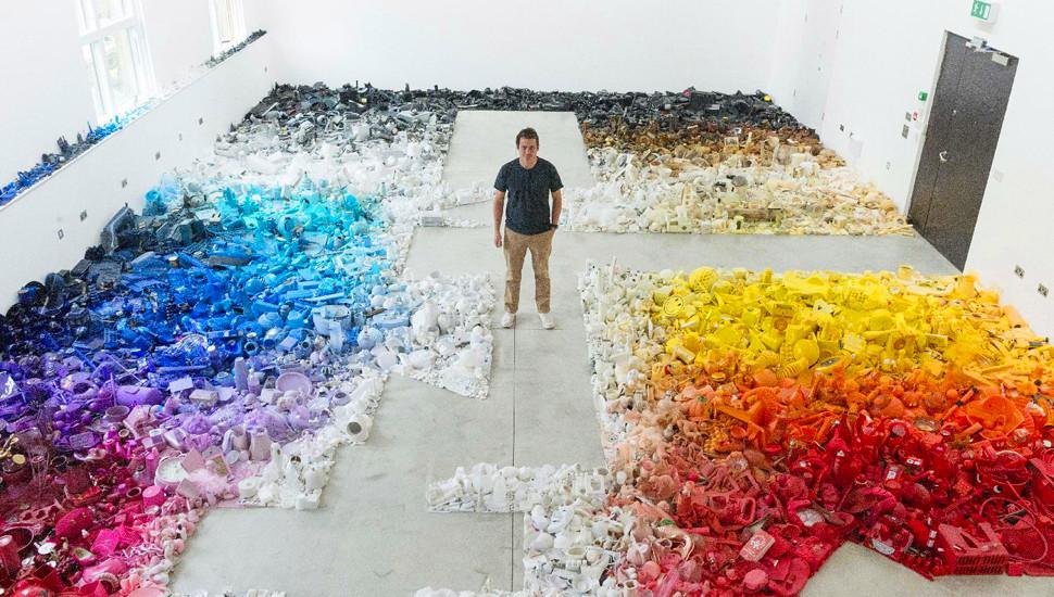 伦敦装置艺术作品按颜色渐变摆放成千物件