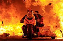 图片一周精选 南非勇者骑摩托车穿越烈火通道创纪录
