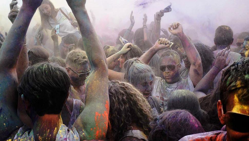 希腊庆祝色彩节 民众沉浸色彩海洋尽情摇摆