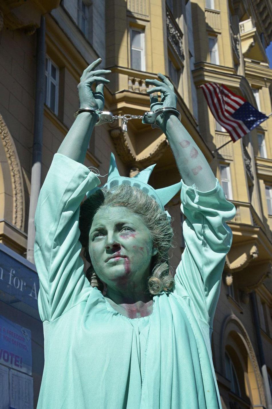 俄女子扮自由女神 美使馆前抗议美暴行