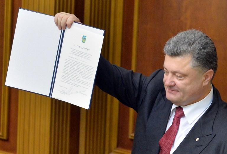 乌议会通过欧盟联系国协定 波罗申科当场展示协议文件