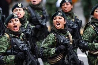 墨西哥盛大阅兵女兵大声呐喊