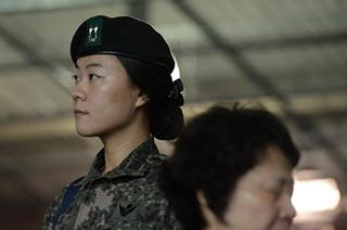 韩国清纯女兵守卫亚运会开幕