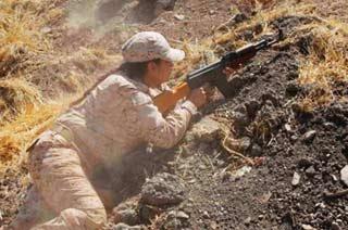 伊拉克库尔德女兵扛枪保卫家园