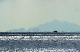 中国记者坐海警船拍钓鱼岛美景