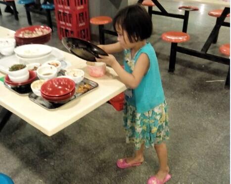 6岁孩帮收脏餐具 大学生好逸恶劳病谁来收拾?