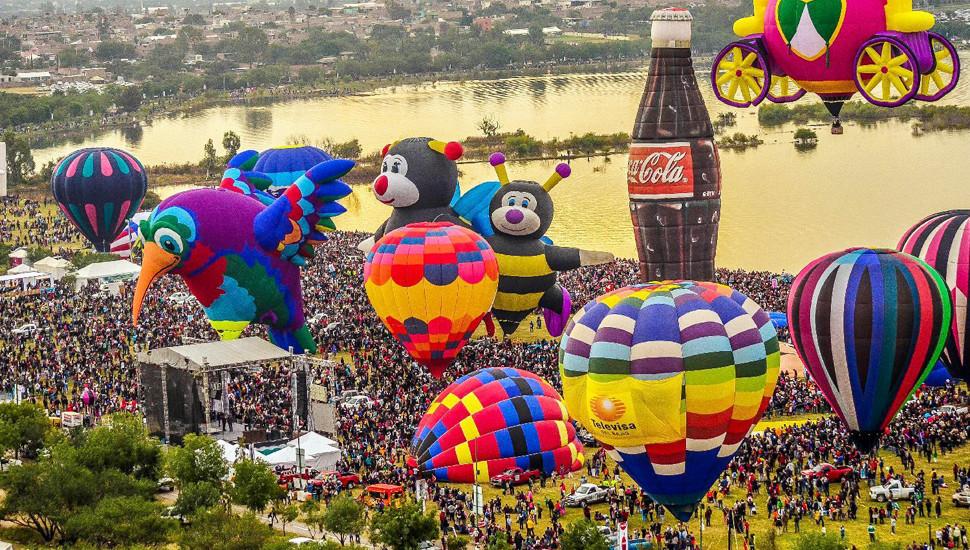 莱昂国际热气球节各色造型天空争艳