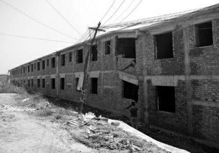 陕西新农村项目投资近1亿 未完工楼房整栋下沉