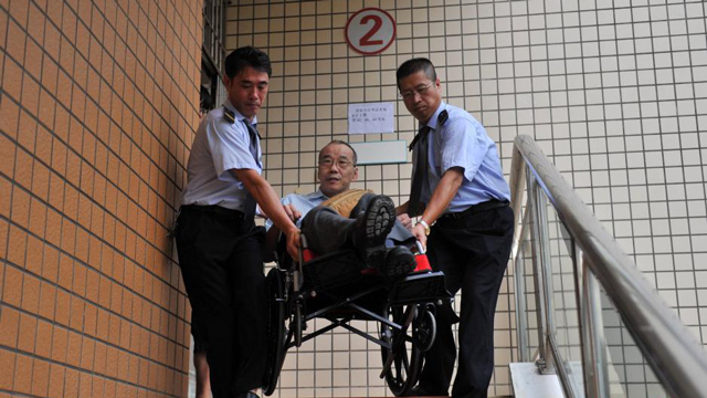 """六旬台湾考生四度""""轮椅赶考""""大陆司法考试"""