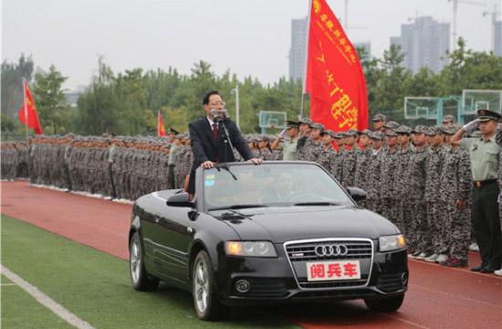 高校校长坐奥迪敞篷车进行军训阅兵(图)