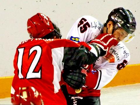 亚洲冰球联赛 中国小将张铖爆揍对手