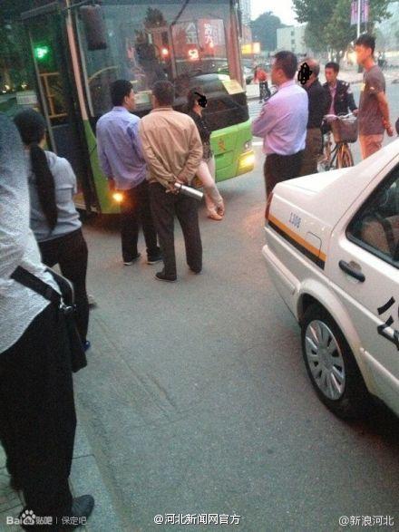 老人乘公交无人让座拦车2小时:谁也别想走(图)