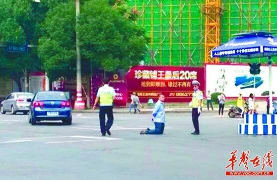 公交司机被罚当街跪交警 网友:司机也苦逼(图)