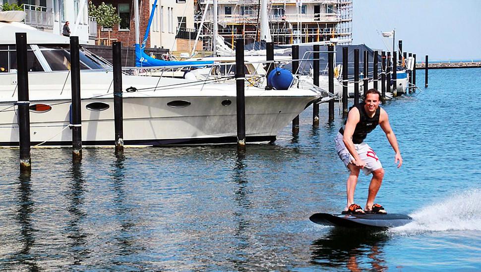 """瑞典男子发明电动滑水板 手纵享受""""水上飞"""""""