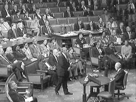 图片说明:    2010年12月2日,美国议员兰格尔(中间站立者)因违反道德在众议院经历了屈辱一刻。