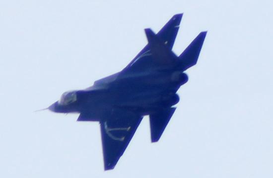 歼31试飞机背出现神秘线条 传已有多国洽购