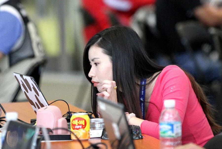亚运会中国女记者齐臀裙抢镜