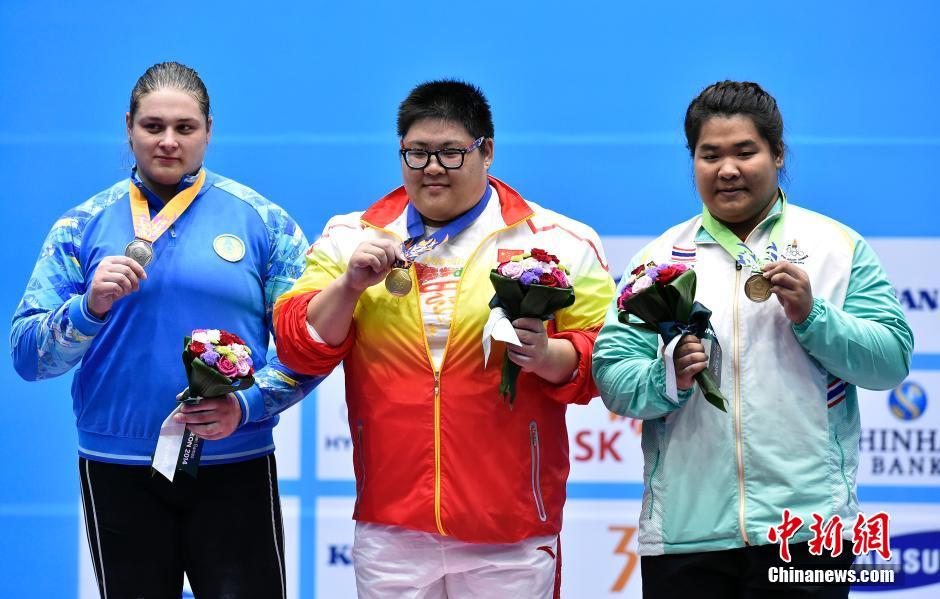 绩平世界纪录.哈萨克斯?-李丹摘亚运女子蹦床金牌图片