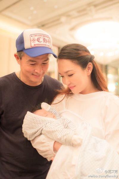 范文芳晒全家福庆结婚纪念日 儿子可爱出境
