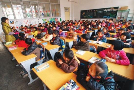 """郑州市部分热点小学现""""超大班""""每班超80人(图)"""