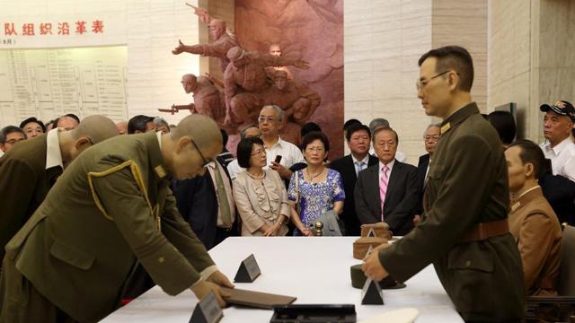 台统派团体到访南京 参观日军投降仪式复原场景