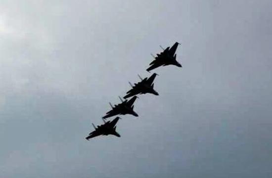 歼15舰载机四机共飞 或已具备编队着舰能力