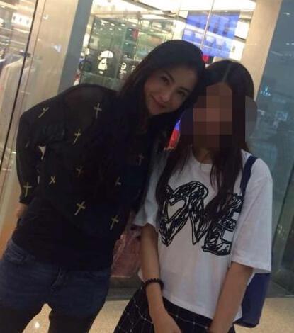 张柏芝香港逛街与粉丝合影 笑容甜美十分亲民