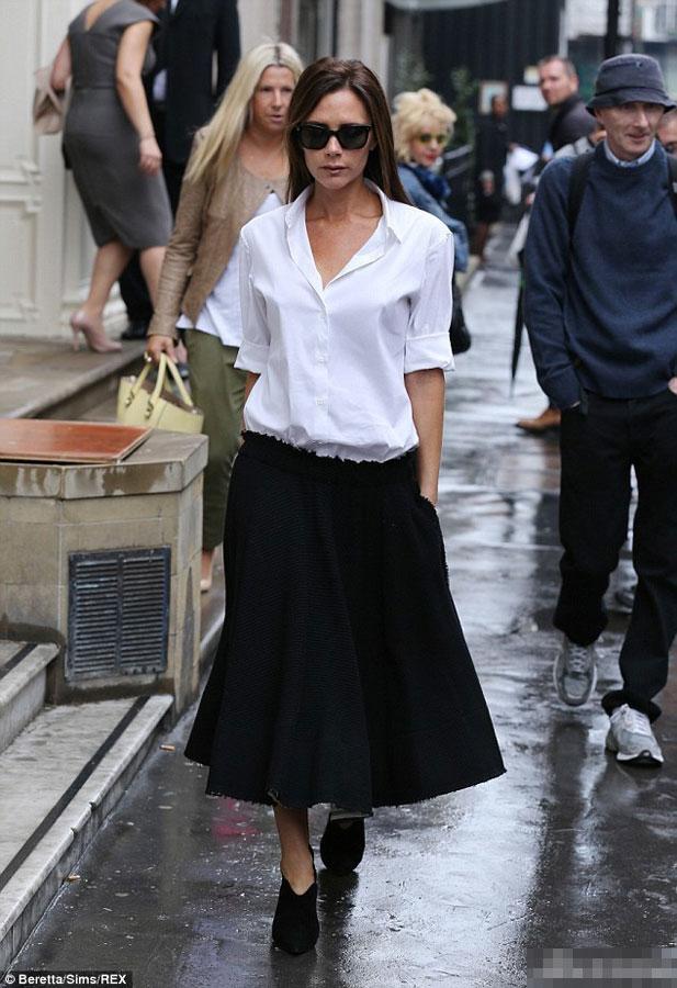 贝嫂伦敦看秀 白衣黑裙御姐范儿足