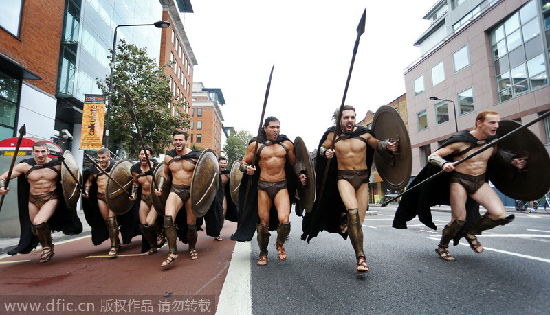 伦敦街头惊现斯巴达勇士 性感肌肉猛男超吸睛