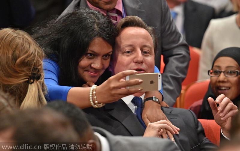卡梅伦出席保守党大会 与女粉丝亲密自拍