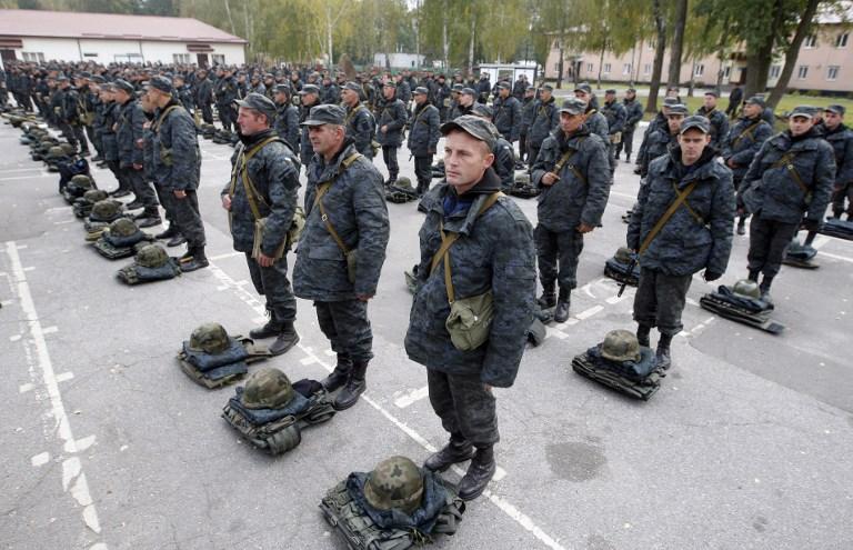 乌克兰总理检阅携冬装赶赴东部士兵