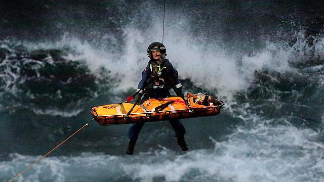 澳大利亚悉尼一海滩水柱下落造成两人受伤