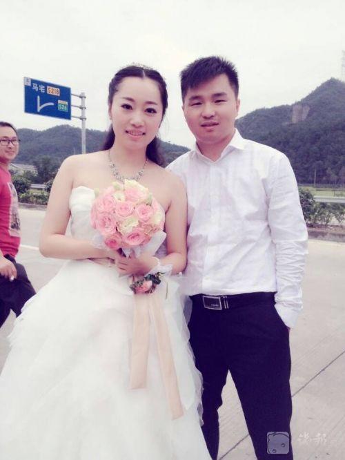 新人十一假期办婚事遭堵车高速路上办电波婚礼
