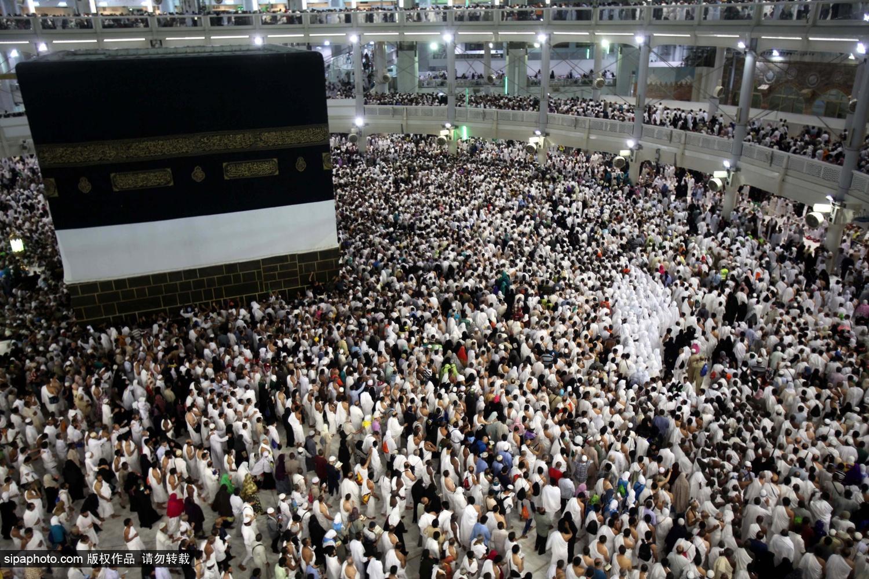 """穆斯林朝圣者围绕着""""天房""""祈祷"""
