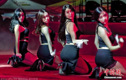 武汉高校迎新晚会性感热舞:被指尺度大(图)