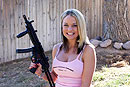 外国美妞玩转经典冲锋枪