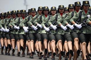 印尼女兵亮相建军纪念日大阅兵