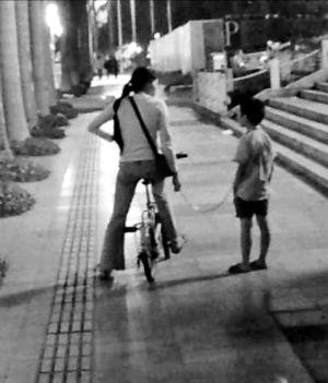 珠海母亲用铁链拖行儿子 已被警方批评教育(图)