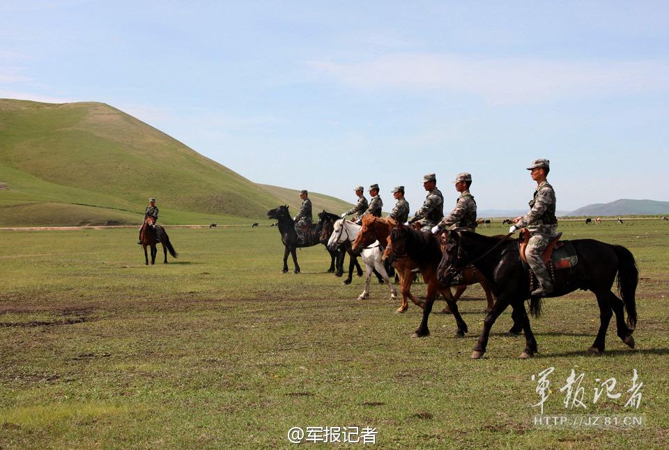 解放军骑兵部队用军马掩护射击