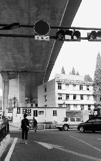 """杭州一学校被爆""""蜗居""""高架桥下 回应称夸张"""