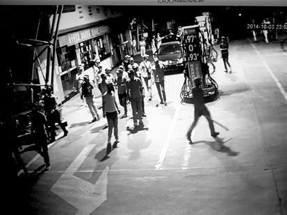 武汉数十人打砸加油站 开挖掘机砸毁办公室