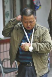 四川|的哥被乘客打劫 十余的哥赶来制服歹徒