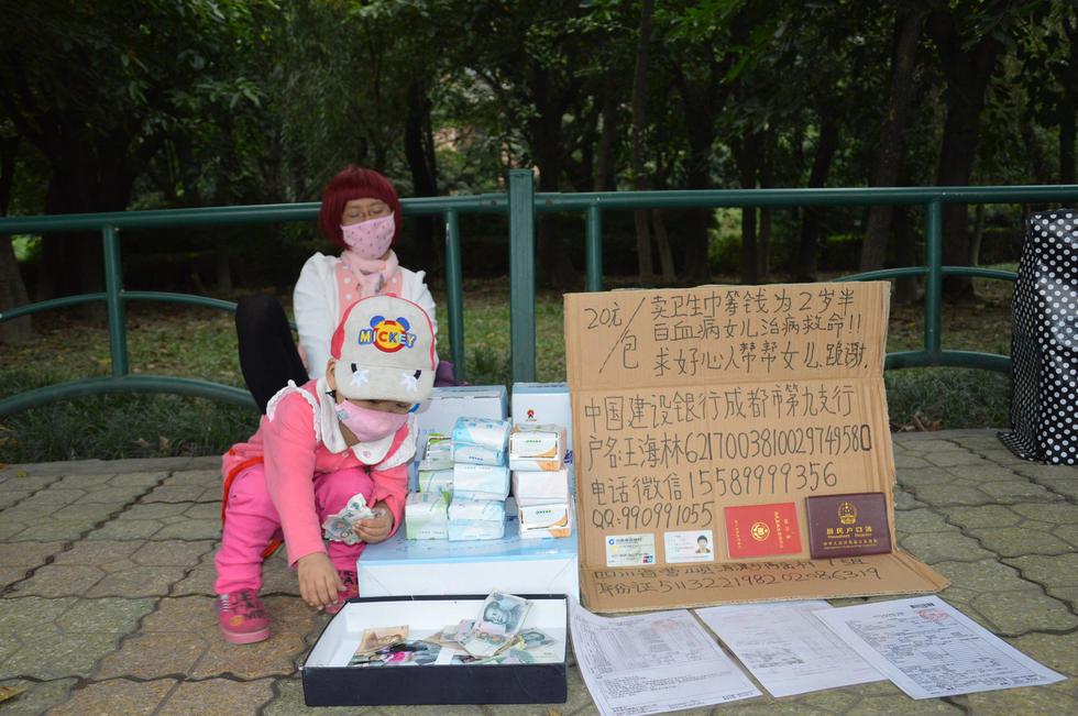 男子扮女装卖卫生巾救女获数十万网友点赞(图)