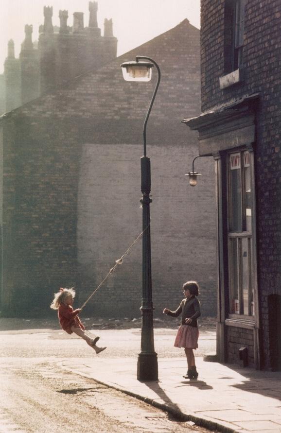 英国贫民窟中的欢声笑语