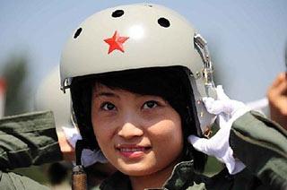 中国空军女飞行员展露甜美笑容