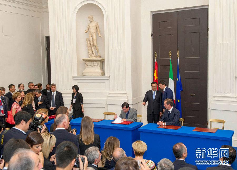 李克强与意大利总理伦齐出席合作文件签字仪式