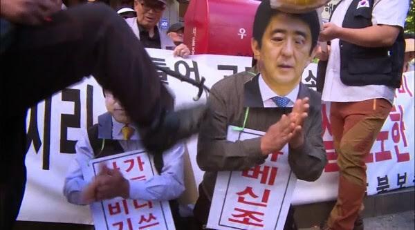 韩国抗议者集会扮演安倍和加藤达也下跪求饶