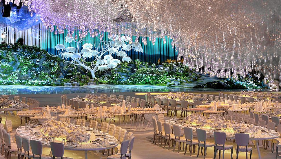 迪拜土豪6.5万水晶装饰婚礼现场 宛如仙境